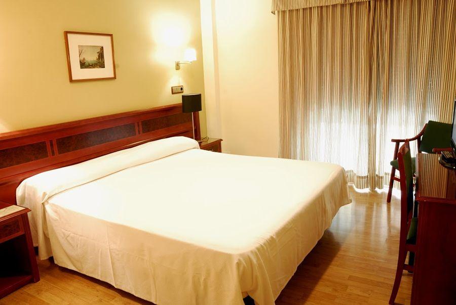 REYES CATOLICOS - Hotel cerca del Mesón Zurrutraque
