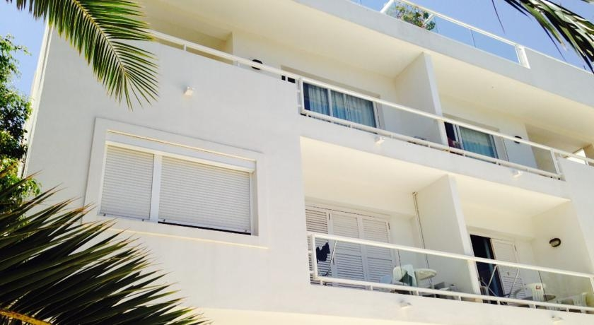 Apartamentos sofia i y ii hotel es cana - Apartamentos sofia playa ibiza ...