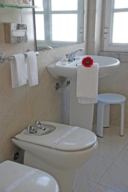 http://www.hotelresb2b.com/images/hoteles/68981_foto2_quarto_banho_1.JPG