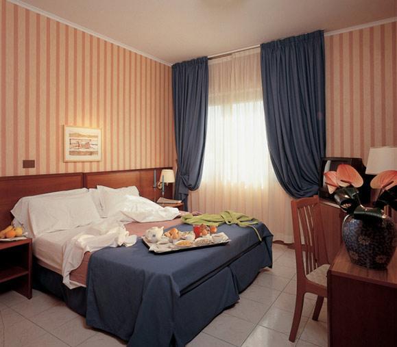http://www.hotelresb2b.com/images/hoteles/78190_fotpe1_HABITACION.JPG